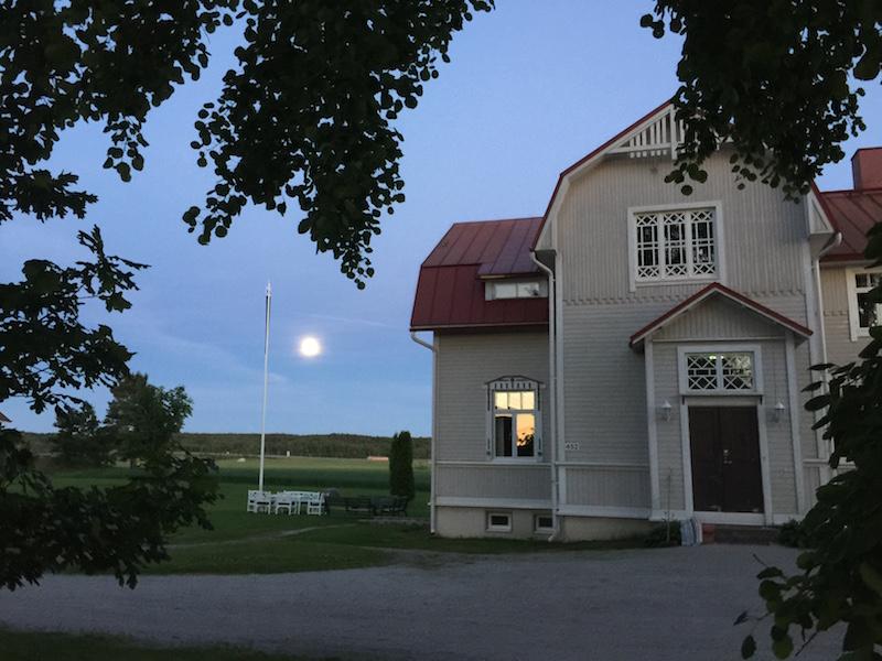 Päärakennus kuutamolla